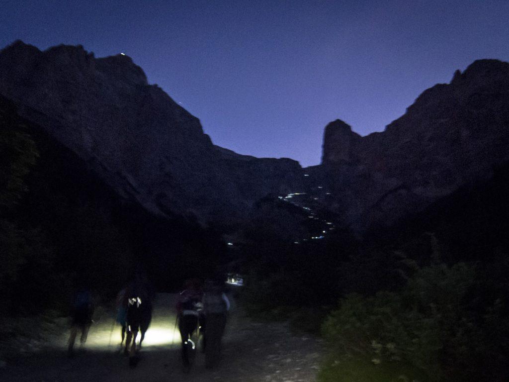 Bild von Wallfahrern in der Nacht.